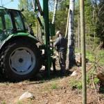 Med detta aggregat till traktorn slog jag och Jim Henriksson (Månsamåla) i de över 200 stolparna som är 3m långa och 8 cm tjocka.